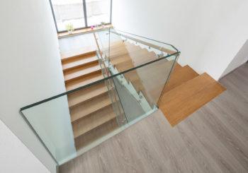 Proč se všichni rozhodují pro skleněné zábradlí na schodiště?